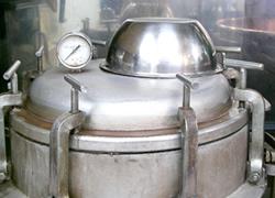 「圧力釜」で小豆を炊いている